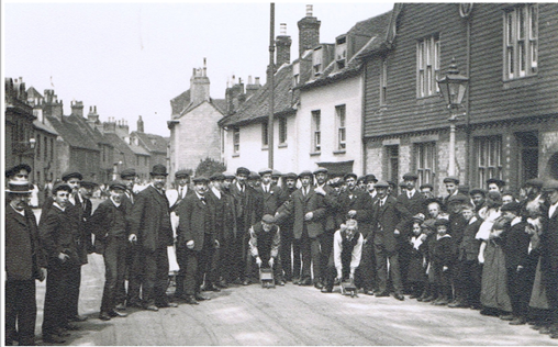 Lewes_Wheelbarrow_Race_1910_end