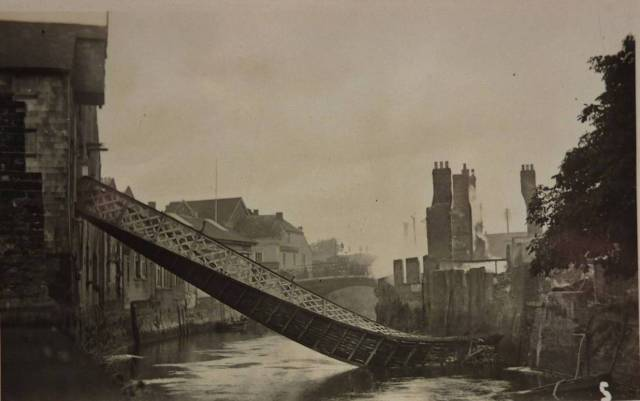 Collapsed_footbridge_after_Bear_Hotel_fire_Lewes_postcard